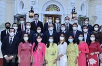 Chủ tịch nước thăm Đại sứ quán và cộng đồng người Việt Nam tại Cuba