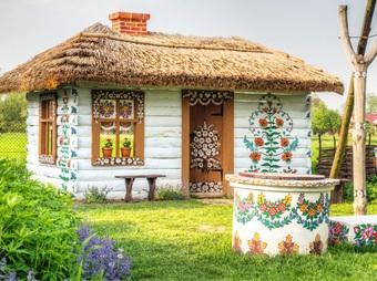 """Ngôi làng rực rỡ màu sắc, """"hoa nở"""" suốt ngày đêm ở Ba Lan"""