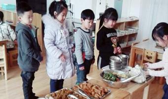 """Con trai kén ăn khen cơm ở trường ngon, mẹ tò mò đến xem thử, phát hiện sự thật """"ngã ngửa"""""""