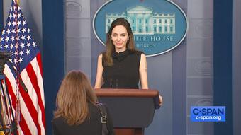 Vừa phát biểu tại Nhà Trắng, Angelina Jolie đã gây náo loạn sân bay: Đeo khẩu trang vẫn gây sốt vì visual đẹp hút hồn