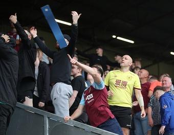 Choáng! CĐV Arsenal và Burnley đấm nhau trên khán đài