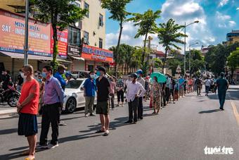 Người dân Hà Nội xếp hàng từ 4h sáng mua bánh trung thu