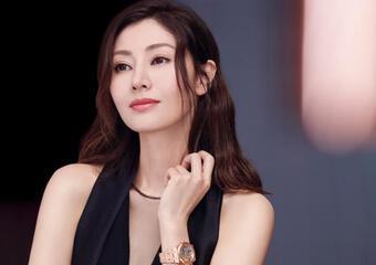 Chồng đại gia của ''Hoa hậu đẹp nhất Hong Kong'' Lý Gia Hân chống nạng đi khám bệnh một mình, dáng vẻ già nua tiều tụy đối lập hẳn với vợ