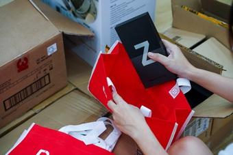 Sạch hàng Galaxy Z, khách hàng sôi nổi nhận sớm siêu phẩm