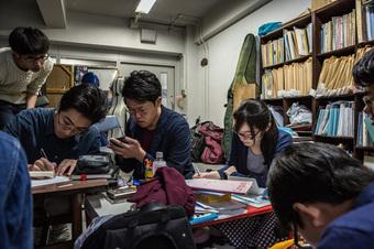 """Góc khuất ẩn sau danh tiếng """"nền giáo dục tốt nhất thế giới"""" của Nhật Bản: Tiến sĩ cũng đói việc, nghèo thu nhập"""