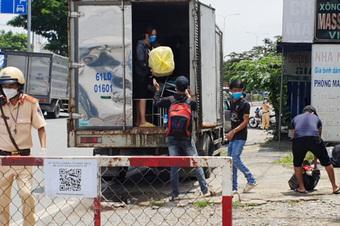 CSGT TP.HCM phát hiện 6 người trong thùng xe tải