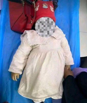 Bé gái 1 tuổi chết tức tưởi sau khi cán bộ làng đưa vào nhà vệ sinh