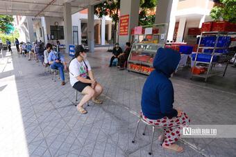 Xếp hàng gần 2 tiếng mới mua được bánh Trung thu ở Hà Nội