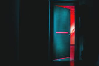 Sự thật đằng sau cái chết bí ẩn của nữ nghệ sĩ xinh đẹp: Tiếng rên ngoài phòng khách
