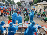 """Choáng với cảnh hàng trăm shipper Sài Gòn """"rồng rắn"""" xếp hàng từ sáng đầu tuần để chờ xét nghiệm, nhân viên y tế phải xuống đường điều phối"""