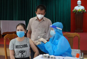Tiêm 2 mũi vắc-xin AstraZeneca cách nhau 10 phút, nữ giáo viên nói gì?