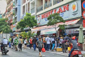 Cảnh tượng bất ngờ ở các tiệm bánh Trung thu ở Hà Nội, Sài Gòn sau chuỗi ngày căng thẳng vì dịch bệnh
