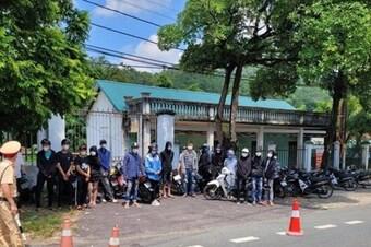 """Vĩnh Phúc: Bắt giữ nhóm thanh niên """"làm xiếc"""" trên đường ở Tam Đảo"""