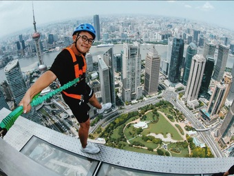 """Rùng mình chứng kiến du khách """"đi bộ giữa trời"""" tại tòa nhà cao hơn 400 m"""