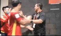 HLV Thái Lan bắt tay, chúc mừng futsal Việt Nam lọt vào vòng 1/8 World Cup