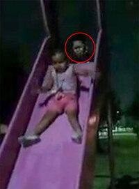 Mẹ kinh hoàng khi phát hiện ''bóng ma'' đẩy con gái ở cầu trượt