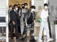 BTS vừa tới New York để phát biểu tại Liên hợp quốc, V bị fan cuồng quấy rối
