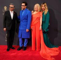 Catherine O'Hana diện thiết kế nhà mốt Công Trí lập tức lọt Top 10 ngôi sao mặc đẹp nhất tại thảm đỏ Emmy lần thứ 73