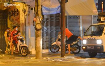 Ảnh: Đêm trước khi chuyển về Chỉ thị 15, người lớn trẻ nhỏ Hà Nội đã đổ lên phố cổ chơi Trung thu sớm