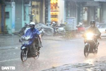 Trung Bộ, nhiều tỉnh phía Nam tiếp tục mưa rào và giông