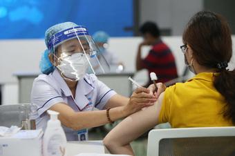 Bộ Y tế cho phép rút khoảng cách hai mũi tiêm vaccine AstraZeneca