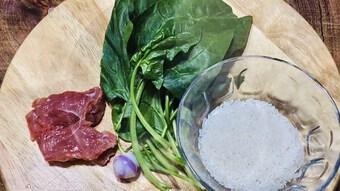 Cách nấu cháo thịt bò cải bó xôi giàu chất dinh dưỡng cho bé