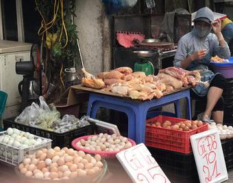 Hà Nội nới lỏng giãn cách, chợ dân sinh nhộn nhịp, tiểu thương phấn khởi