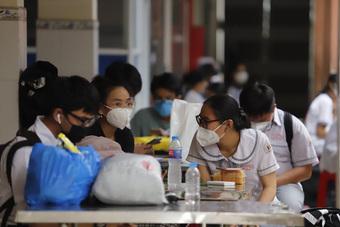 Đang GLTT: Bảo hiểm sức khỏe chi trả như thế nào cho học sinh, sinh viên mắc COVID-19?