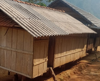 2 cha con vét sạch túi xuống núi mua điện thoại học online: ''Ở làng nhiều người còn nghèo hơn''