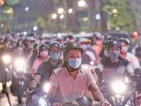 Cảnh báo ý thức chống dịch từ dòng người chật cứng Trung tâm Hà Nội đêm Trung thu