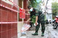 """""""Chị Hằng, Chú Cuội"""" đội mưa đi gõ cửa tận nhà phát quà Trung thu cho thiếu nhi ở TP. HCM"""