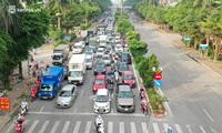 """Toàn cảnh Hà Nội trong ngày đầu nới lỏng giãn cách: """"Đặc sản"""" tắc đường, nhịp sống quay trở lại, người dân ùn ùn ra cửa ngõ rời Thủ đô"""