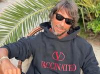 Valentino bán mẫu áo ủng hộ chiến dịch tiêm chủng COVID-19 toàn cầu