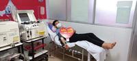 Vừa tham gia phụ mổ xong, chàng bác sĩ trẻ vội đi hiến tiểu cầu cứu người