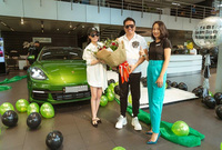 Bán xe từ lâu, ''ba chị em'' Đoàn Di Băng vẫn check in sang chảnh bên Maybach S 450 và Porsche Panamera