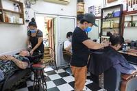 Người dân Thủ đô ra đường cắt tóc sau nhiều ngày ở trong nhà