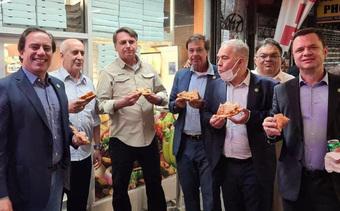 Tổng thống Brazil phải ăn pizza trên vỉa hè vì chưa tiêm vắc-xin