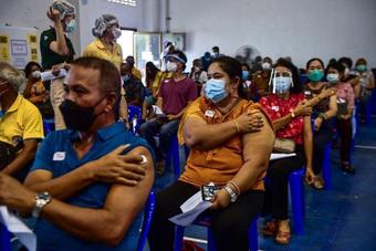 """Ngoại giao vaccine của Việt Nam liên tiếp đạt thành tích """"khủng"""" - Cảnh éo le của nhà lãnh đạo chưa tiêm vaccine khi sang Mỹ"""