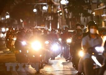 Bất chấp quy định, người dân Hà Nội vẫn đổ ra đường đón Trung Thu