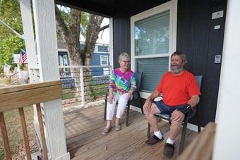 """Cặp vợ chồng 9 năm """"dốc"""" tiền túi xây nhà cho người vô gia cư"""