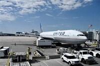 United Airlines bị kiện do từ chối đề nghị miễn tiêm vaccine