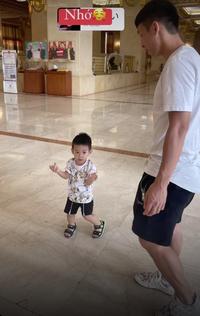 Con trai Hùng Dũng khóc oà khi bố xa nhà điều trị chấn thương