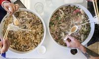 """Anh Tây bị dân mạng Việt chỉnh đốn vì ghi sai tên phở, sốc hơn cả là mức giá """"đắt cắt cổ"""" của món ăn"""