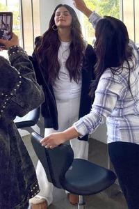 Ảnh hậu trường tố vóc dáng thực sự của Selena Gomez: Bụng sồ sề, ngấn mỡ như vừa mới đẻ