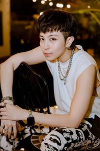 1 ngôi sao Vbiz diện áo thun ôm sát, khoe body mlem cùng vẻ đẹp phi giới tính khiến netizen đổ rầm rầm