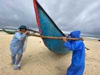Ngư dân Quảng Nam hối hả đưa ghe thuyền lên bờ