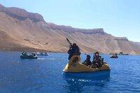 Taliban vác súng ống, tên lửa chống tăng đi đạp thuyền vịt