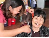 Cháu trai trổ tài cắt tóc cho bà tại nhà mùa dịch và cái kết