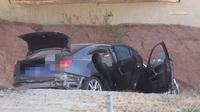 Chiếc ô tô treo bảng miễn phí, 2 người đàn ông tưởng được của hời, nhảy lên lái một vòng rồi chết trân phát hiện ''quà tặng kèm''