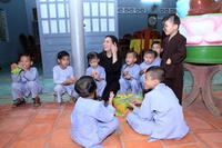 Xót lòng con nuôi Phi Nhung giàn giụa nước mắt mong mẹ về